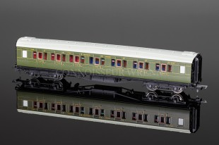 Hornby Model Railways SR Green Maunsell Four Compartment 3rd Class Coach R4299A
